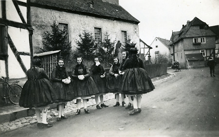Schwälmerinnen in Kirchentracht in Merzhausen, 1935