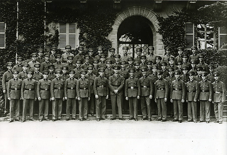 Arbeitsdienstmänner in Uniform vor dem Schloss in Bad Homburg, Juni 1933
