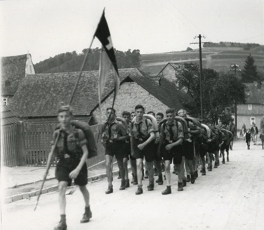 Marsch der Weilburger Hitlerjugend in der Umgebung von Weilburg, 1933 ...